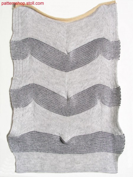 Swatch with racked and tucked pattern in herringbone design / Musterausschnitt mit Knieversatzmuster