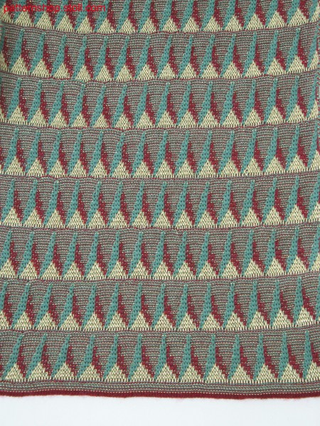 Knitted pattern in 3-color stripe jacquard